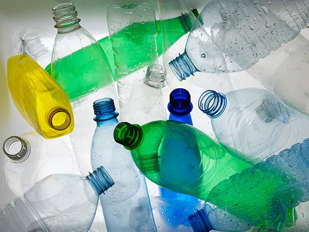 Retroiluminado colección de coloridos frascos de plástico - foto de stock