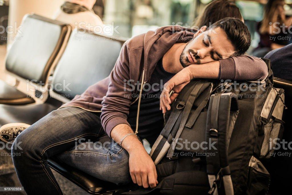 Backpacker Nickerchen während des Wartens auf das Flugzeug – Foto
