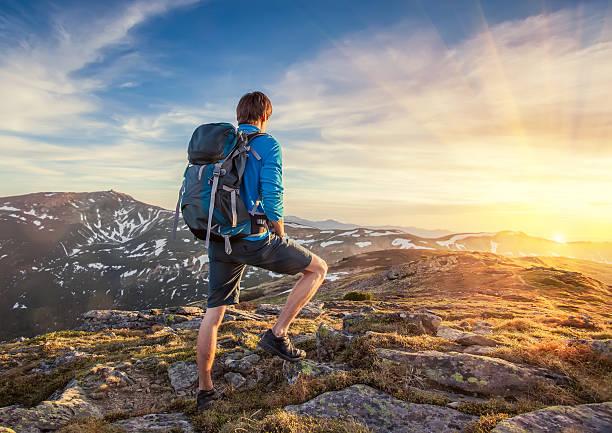 Rucksacktourist auf einem mountaine – Foto