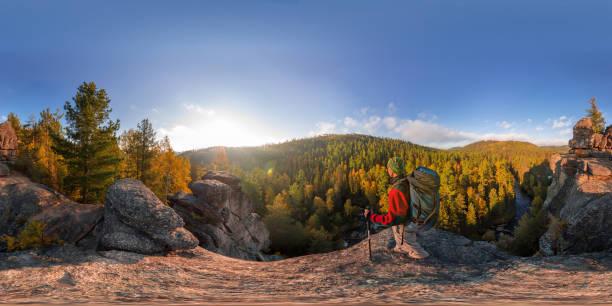 backpacker bir kaya üzerine düşmek şafakta. küresel panorama 360 180 derece eşit uzaklıkta - mountain top stok fotoğraflar ve resimler
