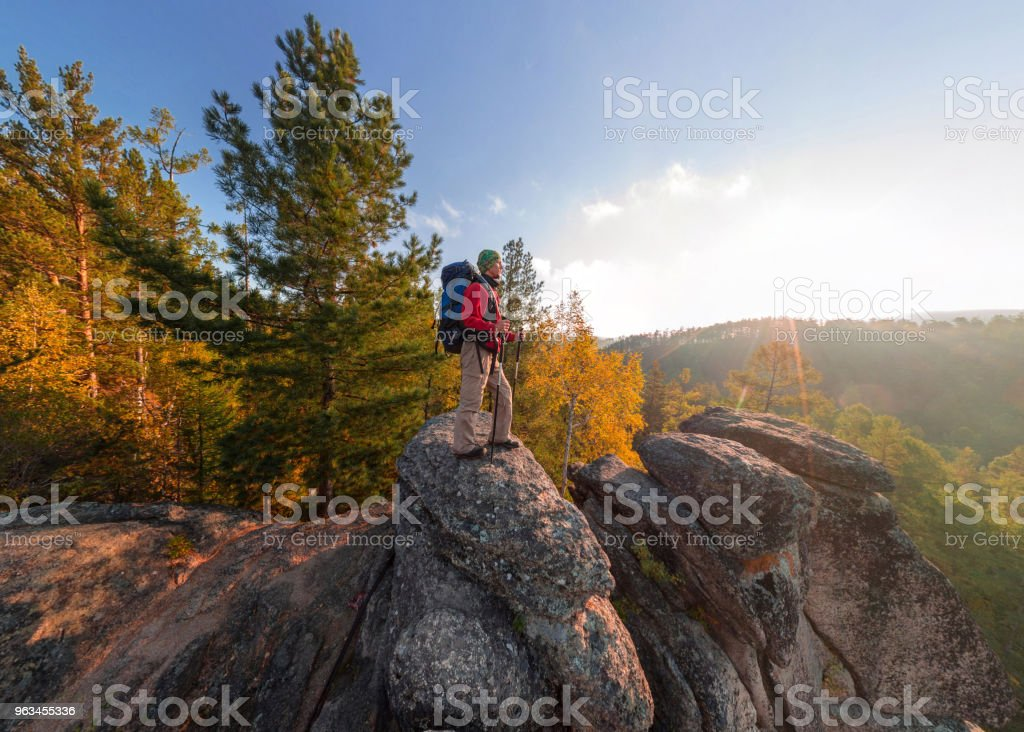 Backpacker on top of a rock fall at dawn. Wide angle aerial panorama - Zbiór zdjęć royalty-free (Brzask)
