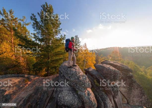 Backpacker Na Szczycie Upadku Skalnego O Świcie Panorama Szerokokątna Z Lotu Ptaka - zdjęcia stockowe i więcej obrazów Jedna osoba