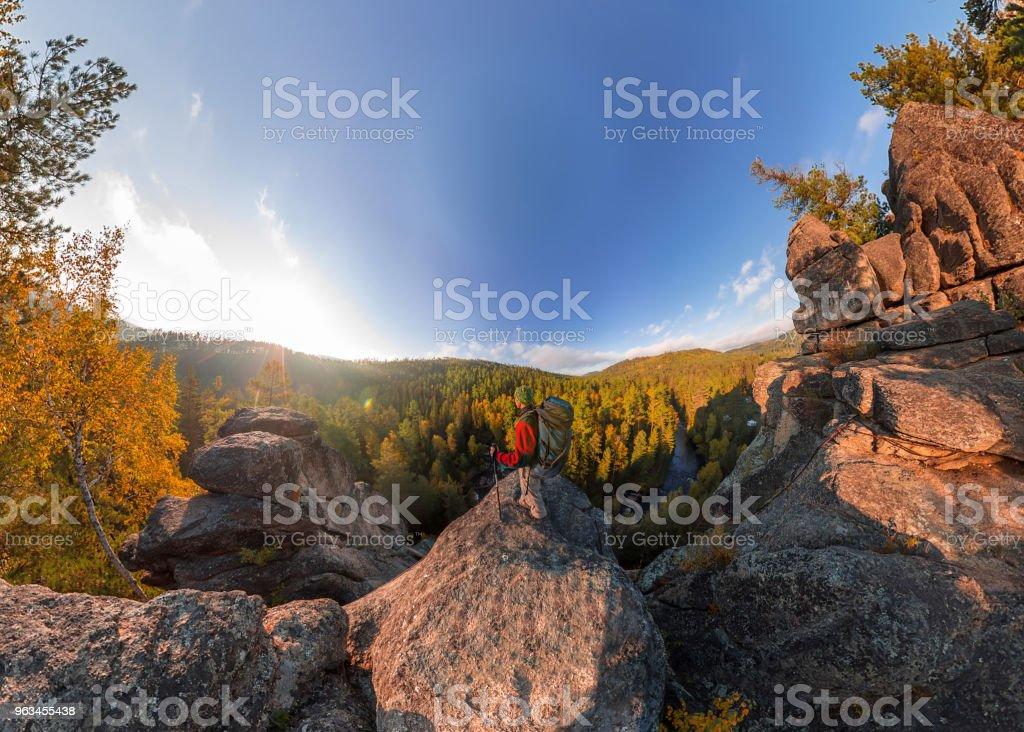Backpacker bir kaya üzerine düşmek şafakta. Geniş açı hava panorama - Royalty-free Balık Stok görsel