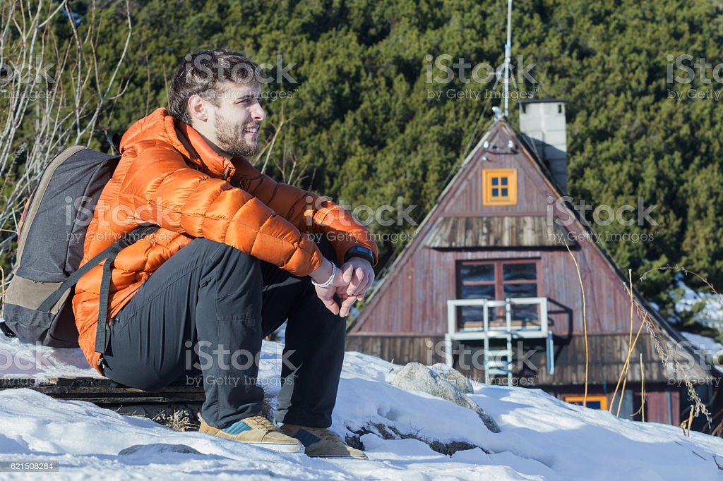 Backpacker sitting at mountains winter background outdoors foto stock royalty-free