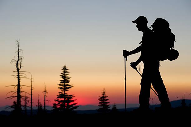rucksacktourist sonnenuntergang - pacific crest trail stock-fotos und bilder