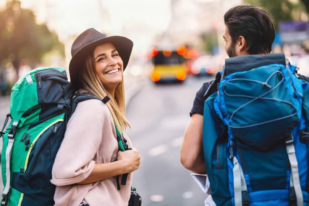 pareja de mochileros caminando - mochilero fotografías e imágenes de stock