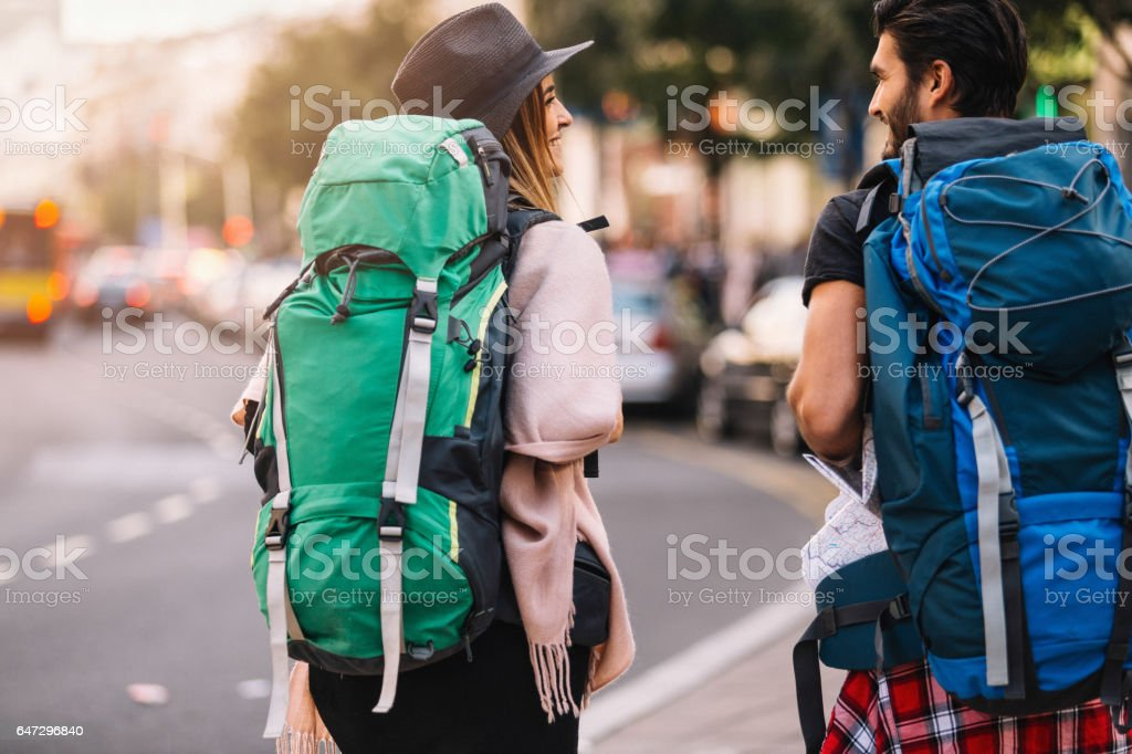 Rucksacktouristen paar walking Rückansicht - Lizenzfrei Rucksacktourist Stock-Foto