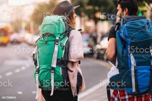 Rucksacktouristen Paar Walking Rückansicht Stockfoto und mehr Bilder von Rucksacktourist