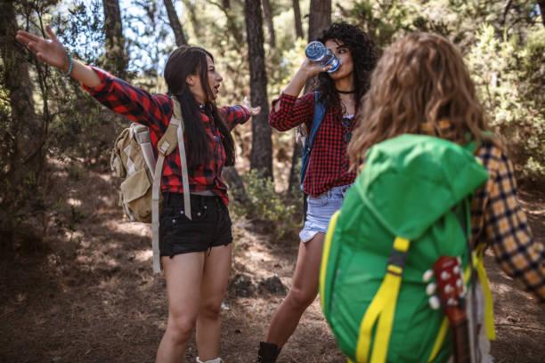Backpacker wandern an einem Sommertag durch die Hügel – Foto