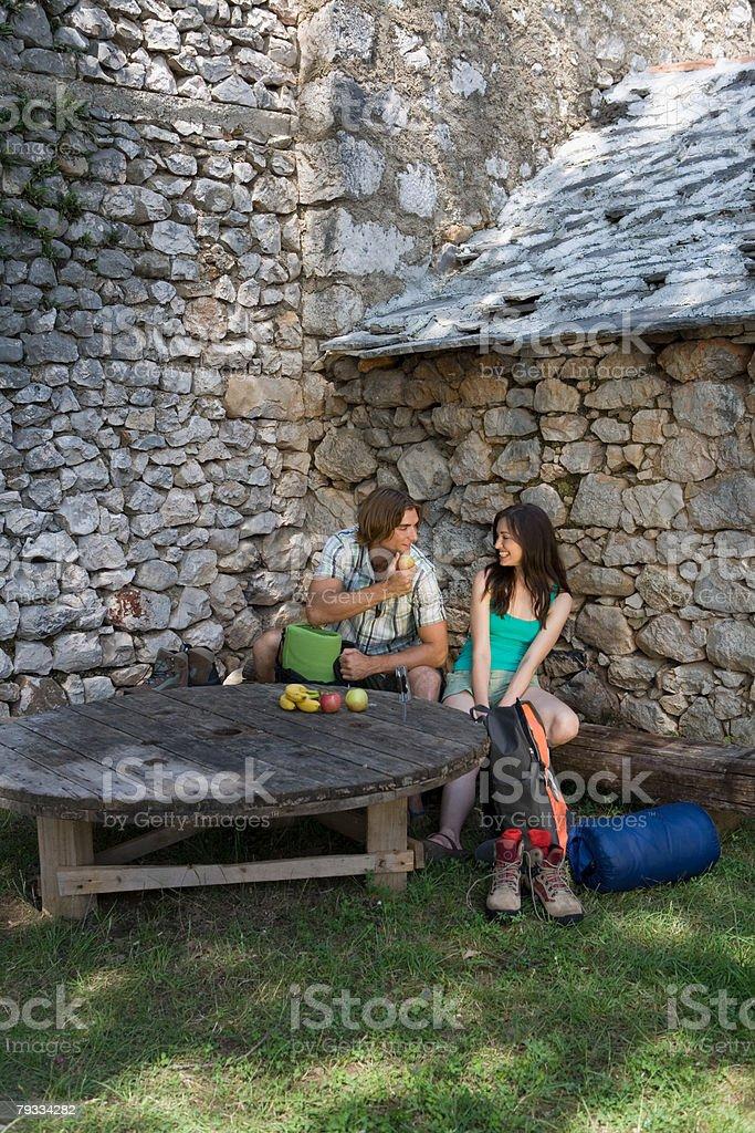 Backpacking couple eating fruit 免版稅 stock photo