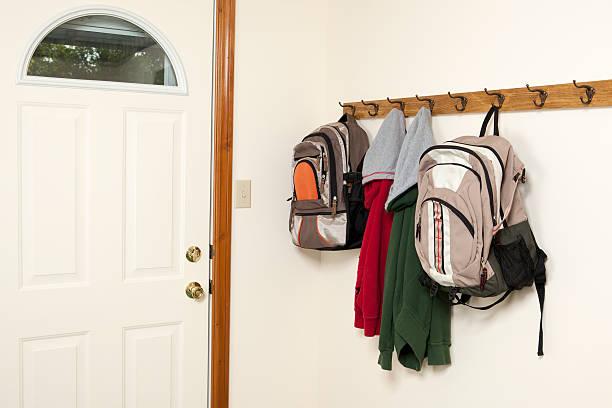 rucksäcke und jacken von wirkt - garderobenhaken stock-fotos und bilder