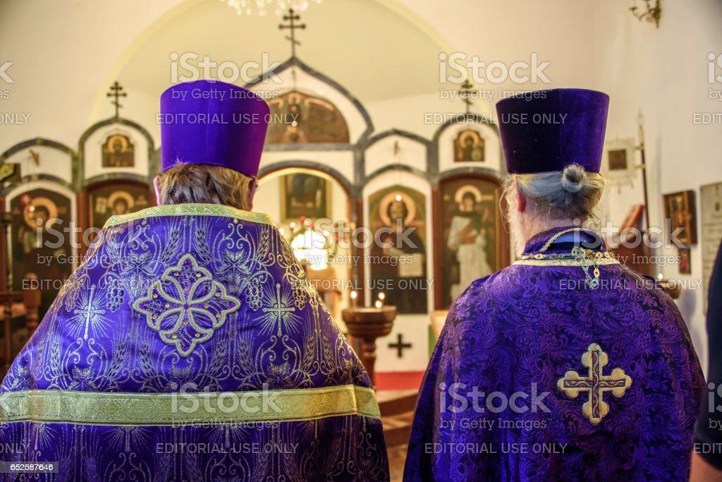 RIO DE JANEIRO, Brasil - 5 de março de 2017: Costas dos dois padres celebrando a festa da ortodoxia no primeiro domingo da grande Quaresma - foto de acervo