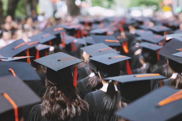 sombreros de graduación parte trasera durante egresados de éxito del comienzo de la universidad, felicitación de educación concepto. ceremonia de graduación, felicitó a los graduados en la universidad durante el inicio. - graduación fotografías e imágenes de stock