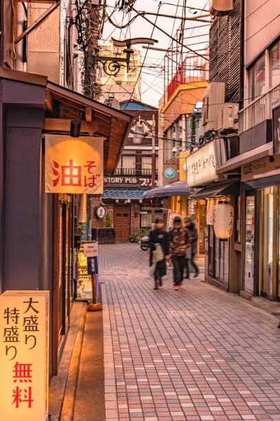 backstreet von nakano station wo ist japanische soba nudeln restaurants mit beleuchteten schildern, wo ist frei aufgeschrieben. - tokyo cosplay stock-fotos und bilder