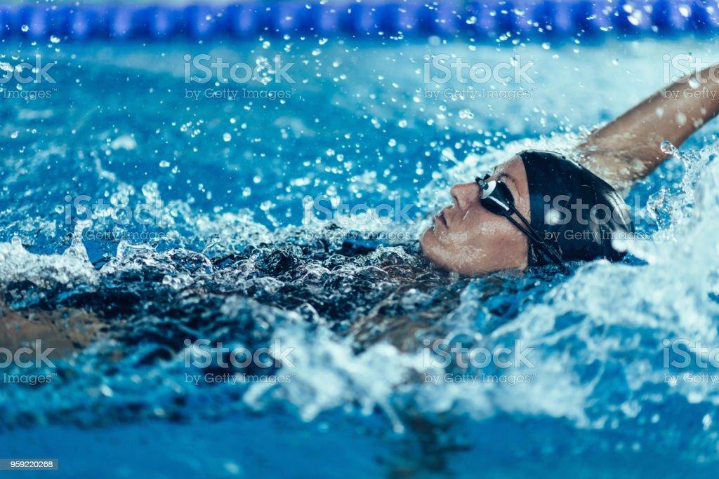 Professionnel de natation nage sur le dos - Photo