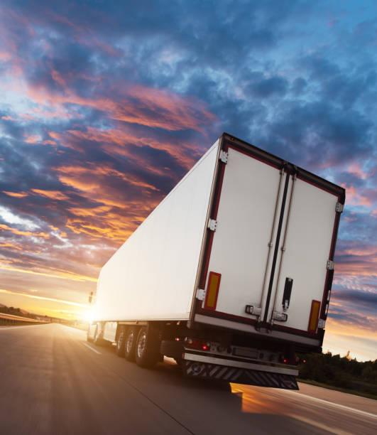 Rückblick auf europäisches Lkw-Fahrzeug auf der Autobahn – Foto