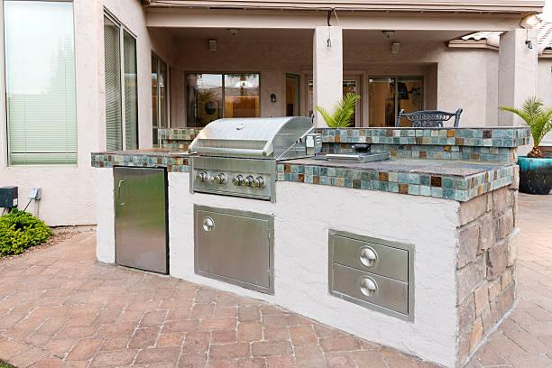 innenhof mit barbecue-grill - grillstein stock-fotos und bilder