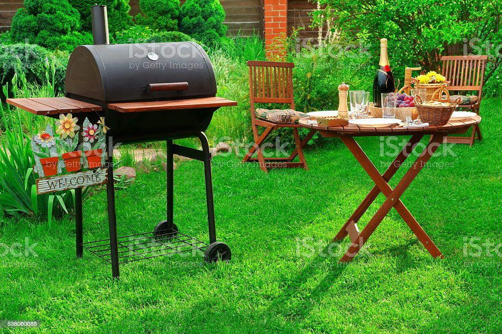 Tisch Holzkohlegrill Für Innen : Gartenbarbecueparty mit holzkohlegrill wein und serviert tisch