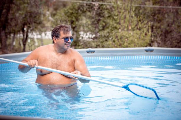 hinterhof garten schwimmbad reinigung - flip flops reparieren stock-fotos und bilder