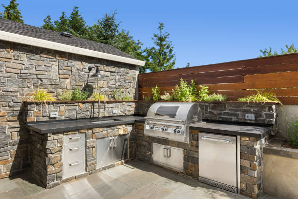 Backyard hardscape patio with outdoor barbecue and kitchen Backyard hardscape entertainment area outdoors stock pictures, royalty-free photos & images
