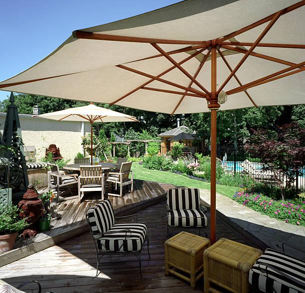 hinterhof-himmel - sonnenschirm terrasse stock-fotos und bilder