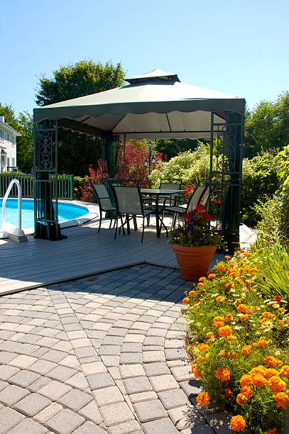 terrasse im innenhof - outdoor sonnenschutz stock-fotos und bilder