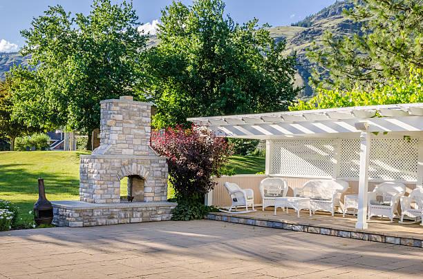 innenhof-patio mit offenem kamin - grillstein stock-fotos und bilder