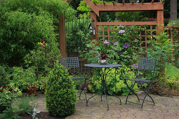 terrasse im innenhof - naturstein terrasse stock-fotos und bilder