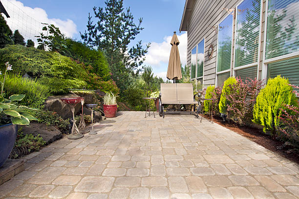 backyard paver terrasse mit garten-accessoires - zement terrasse stock-fotos und bilder