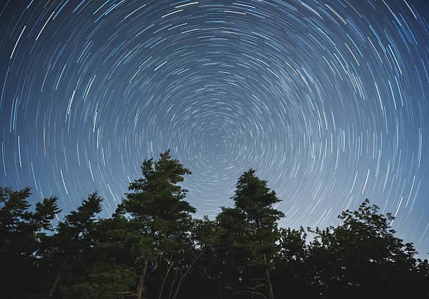 backyard star trails - weltraumaktivitäten stock-fotos und bilder