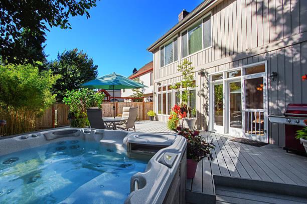 Garten mit Whirlpool und Terrasse – Foto
