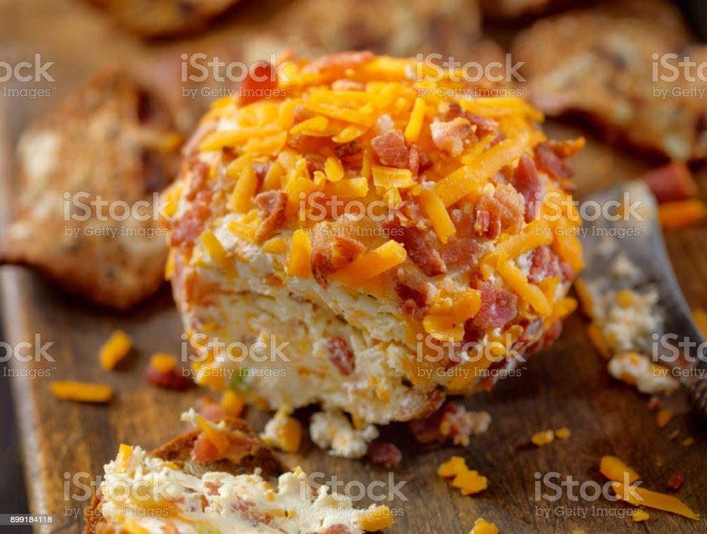 Bola de queijo Cheddar com biscoitos e bacon - foto de acervo