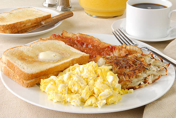 speck und ei-frühstück - haschee stock-fotos und bilder