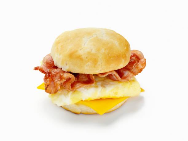 mit speck und ei breakfast sandwich - käsemuffins stock-fotos und bilder
