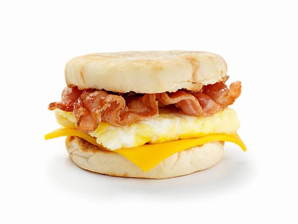 mit speck und ei breakfast sandwich - ei sandwiches stock-fotos und bilder