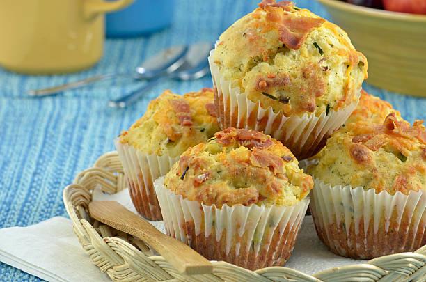 speck-cheddar-muffins - käsemuffins stock-fotos und bilder