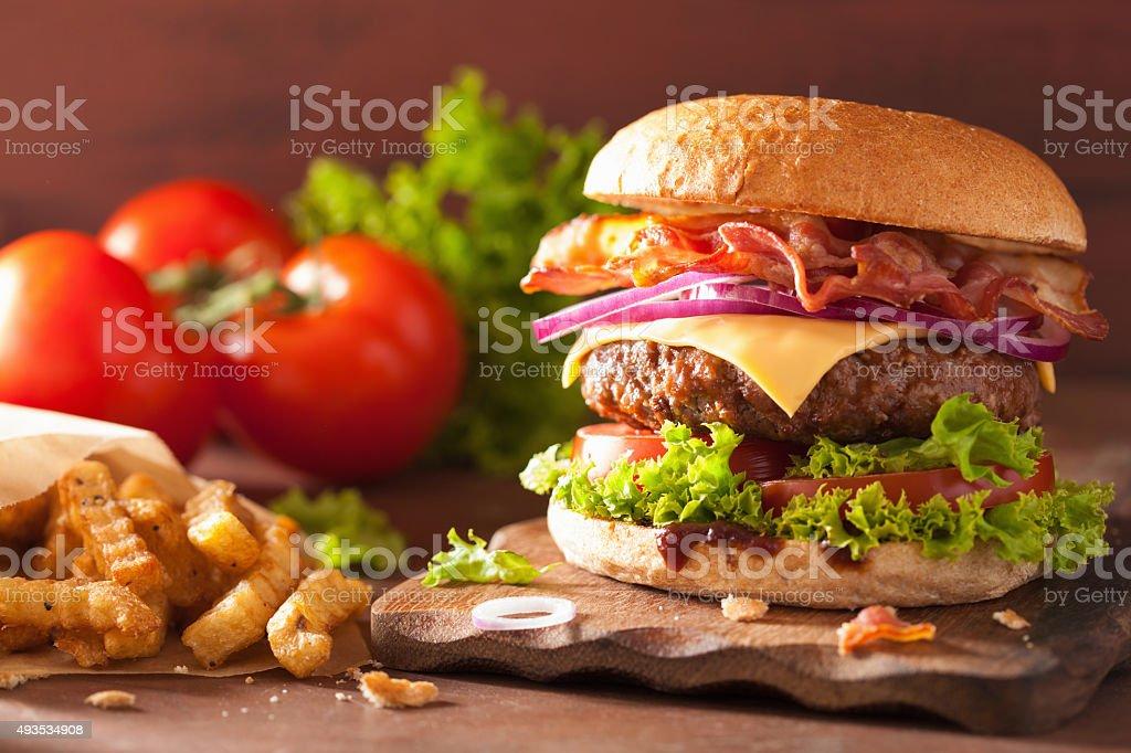 Speck Käse-burger mit Rindfleisch und Tomaten-Zwiebel patty - Lizenzfrei 2015 Stock-Foto