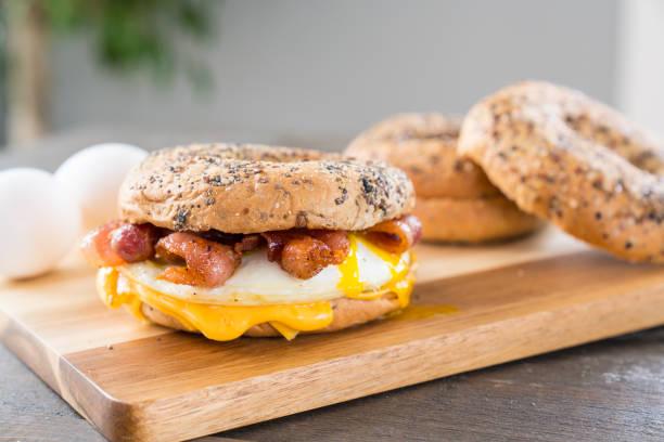 speck, ei und käse-frühstücks-sandwich - ei sandwiches stock-fotos und bilder