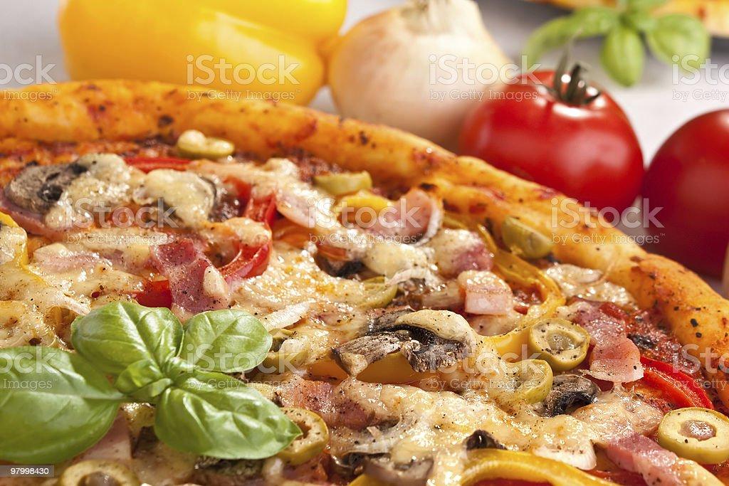 bacon, cogumelos e pizza de legumes foto royalty-free