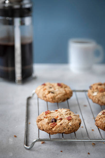 speck, haferflocken-frühstück mit kaffee und cookies - haferflocken rosinen stock-fotos und bilder