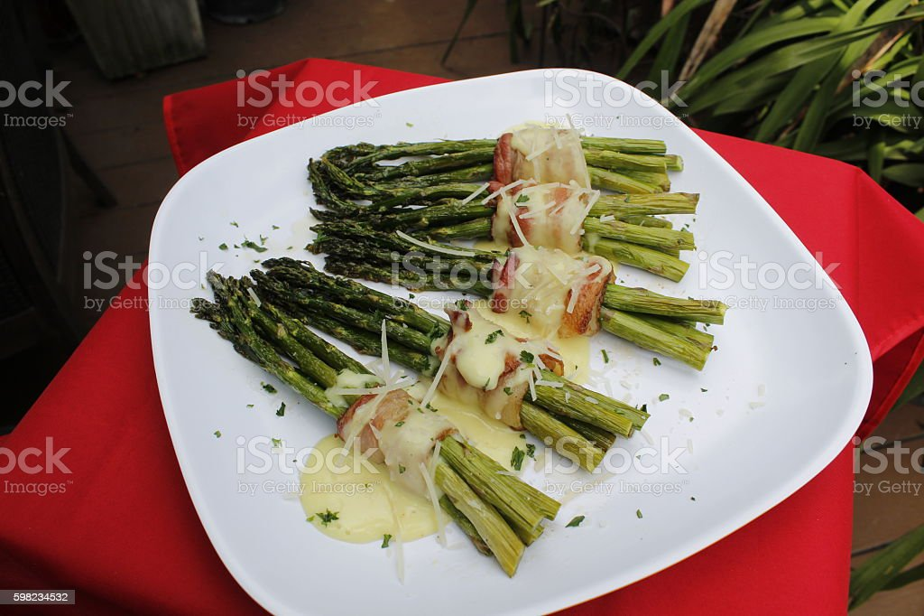 Bacon-Wrapped Asparagus with Hollandaise Sauce foto royalty-free