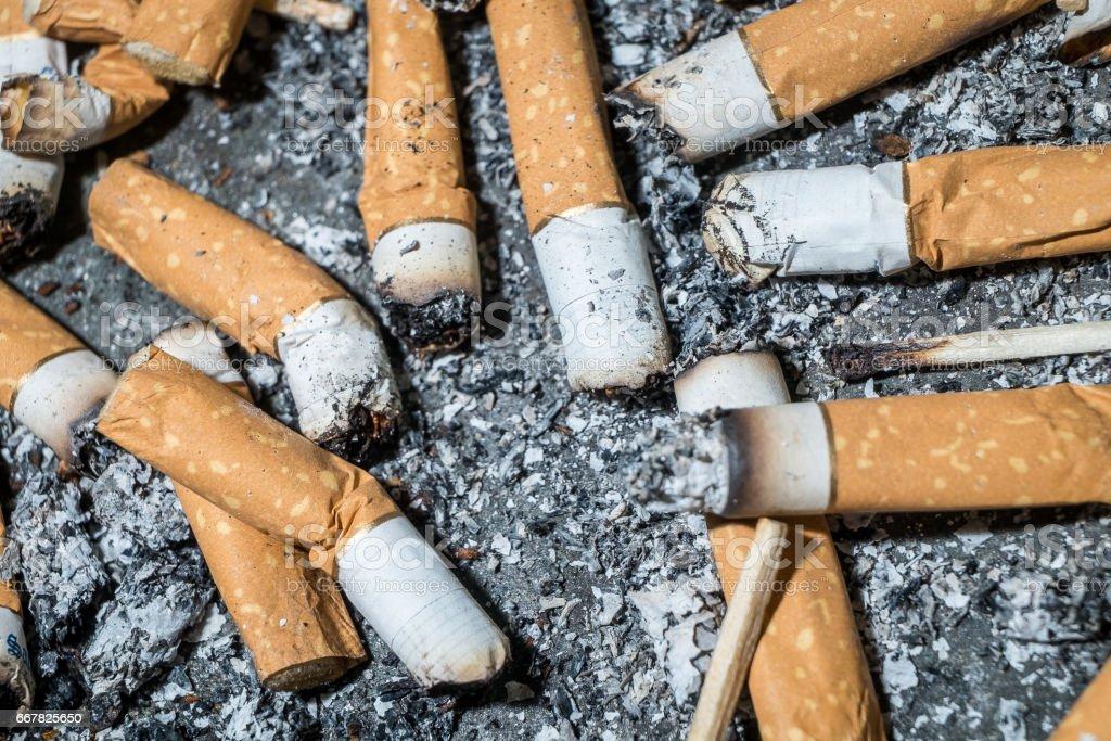Bad addiction. Ashtray and cigarettes close-up. – Foto