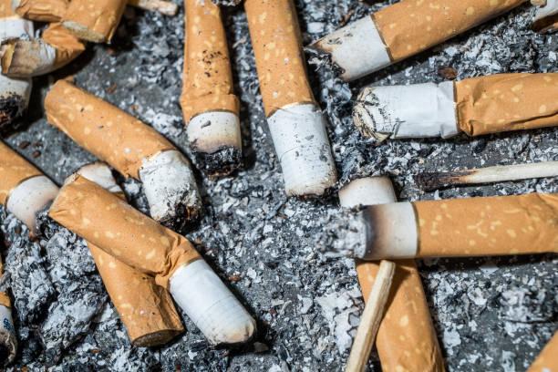 Schlechte Sucht. Aschenbecher und Zigaretten aus nächster Nähe. – Foto
