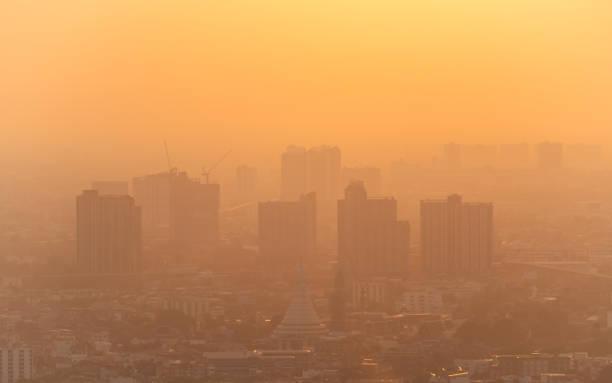 slechte lucht met pm 2,5 stof in de atmosfeer in de stad - smog stockfoto's en -beelden