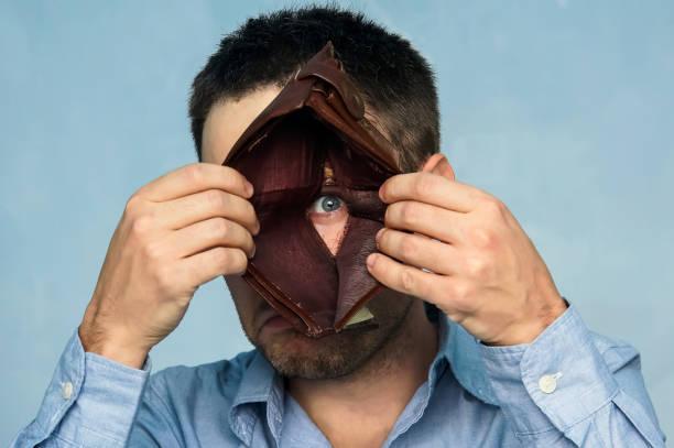 schlechte wirtschaft konzept. negative emotionen - pyramide sammlung stock-fotos und bilder