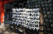 白の運が悪い紙はワイヤーで一緒に結ばれる運命を予測し、伏見稲荷大社で全焼します。