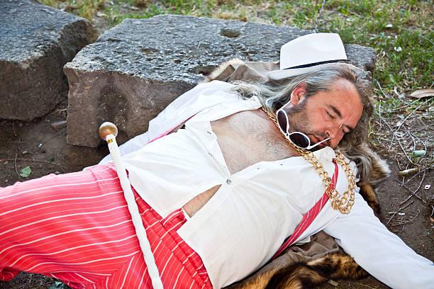 schlechte mann chef toten auf dem boden liegen - pimp stock-fotos und bilder