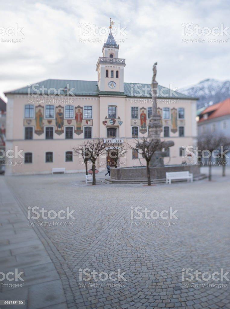 Bad Reichenhall, historische Rathaus mit Brunnen, Bayern, Deutschland. Schneebedeckte Berge im Hintergrund. – Foto