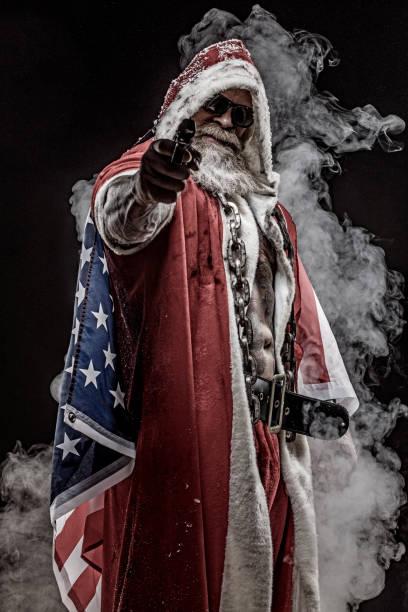 bad santa claus mit pistole und amerikanische flagge - rebellenflaggen tattoos stock-fotos und bilder