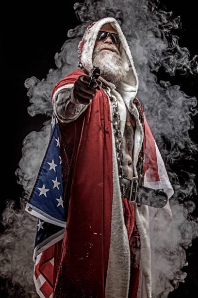 bad santa claus mit pistole und amerikanischer flagge - rebellenflaggen tattoos stock-fotos und bilder